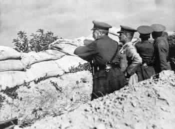 Kitchener-at-Gallipoli_surveying-the-situation_1915.jpg